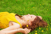 Chica descansando en la hierba — Foto de Stock