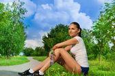 ジョギング後休んできれいな女の子 — ストック写真