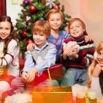 可爱的孩子坐在旁边的圣诞树 — 图库照片