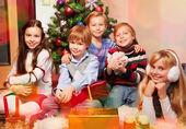 şirin çocuklar noel ağacının yanında oturan — Stok fotoğraf