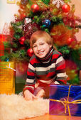 şirin mutlu çocuk bekleyen açılış sunar — Stok fotoğraf