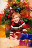 Lindo chico feliz esperando presenta apertura — Foto de Stock