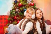 Due sorelle festeggia il natale — Foto Stock