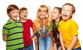 Spolužáci spolu zpívat — Stock fotografie