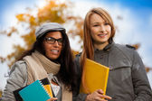 Two smiling students in park — Stockfoto