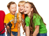 Boys and girls singing — Stock Photo