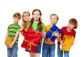 Lindos filhos com caixas embrulhados — Fotografia Stock