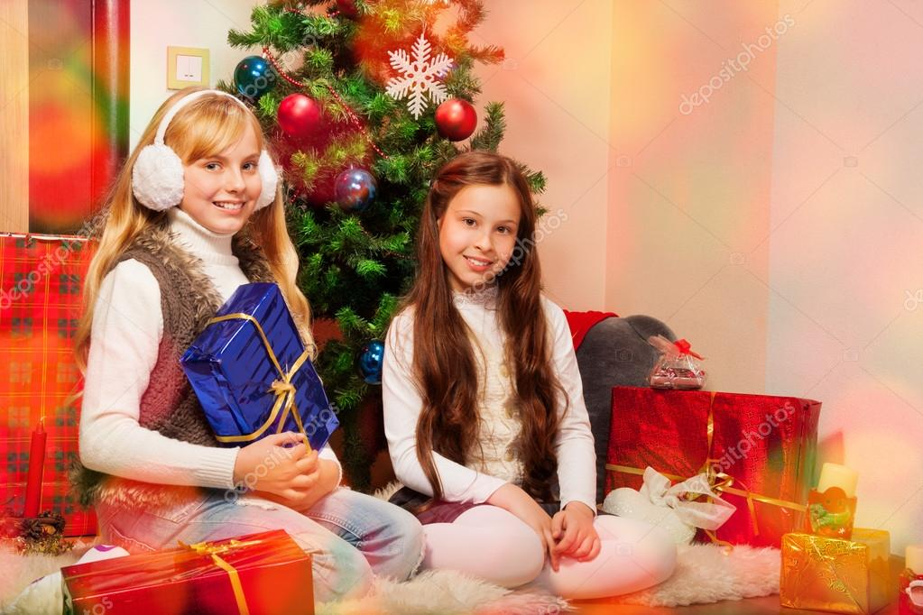 Two sisters preparing Christmas presents — Stockfoto #16295335