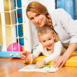 Mother and child drawing — Stockfoto