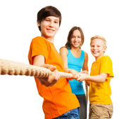 Three happy kids pull the rope — Stock Photo