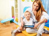 ママと息子のタブレット コンピューター — ストック写真
