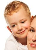 Close-up van kleine jongen met moeder — Stockfoto