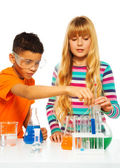 Enfants du couple dans le laboratoire de science — Photo
