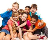 Grupo de rapazes procurando diversos felizes e girs — Foto Stock