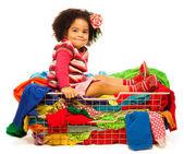 Garota negra sentada no cesto com as roupas — Foto Stock