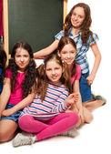 Quatro garotas de escola e quadro-negro — Foto Stock