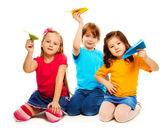 Kinderen en papier vliegtuig — Stockfoto