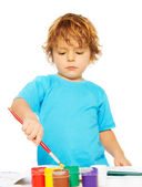 Niño ocupado pintando — Foto de Stock