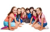 Jongens en meisjes zitten samen in halve cirkel — Stockfoto