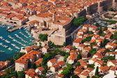 Casas y el puerto de dubrovnik — Foto de Stock