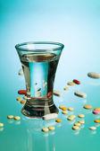 Drank en geneeskunde pillen — Stockfoto