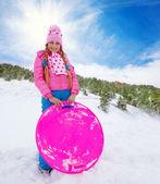 Chica feliz en trineo rosa holding — Foto de Stock