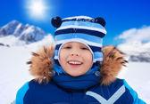 Niño sonriente feliz día de nieve — Foto de Stock