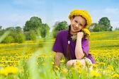 Menina com dandelion buquê e grinalda — Foto Stock