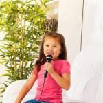 roztomilá malá zpěvačka — Stock fotografie