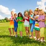 grupo de crianças com telefones — Foto Stock
