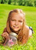 Een blonde meisjes in edelstaal met vlinder in pot — Stockfoto