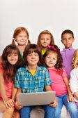Fermer le portrait des enfants avec ordinateur portable — Photo