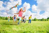 楽しみのために凧を実行します。 — ストック写真