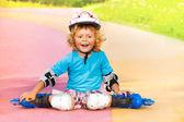 Resto de menino rindo depois de patinar — Foto Stock