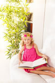 Little girl reading — Stock Photo