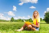 Blond meisje lezen — Stockfoto