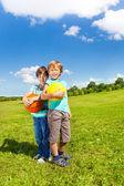 ボールと 2 人の男の子 — ストック写真