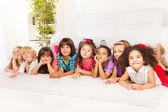 Många barn i rad på golvet hemma — Stockfoto
