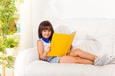 La lectura es divertido — Foto de Stock