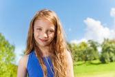 Szczęśliwa dziewczynka z długie kręcone włosy, poza — Zdjęcie stockowe
