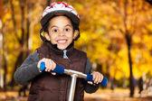 秋の公園で少年 — ストック写真