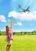 Girl and airplanes near airport — Stock Photo