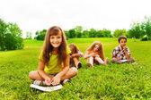 Petite fille dessiner avec des amis — Photo