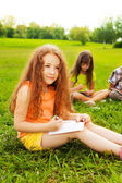 Meisje tekenen met vrienden — Stockfoto