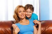 Pojke krama hans mor — Stockfoto