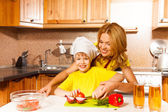 Boy with his mother in the kitchen — Foto Stock