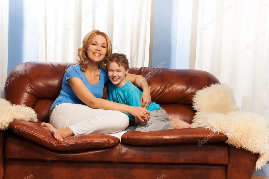 мама с сыном на диване № 75176