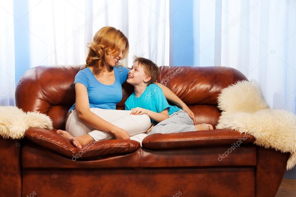 мама с сыном на диване № 75182