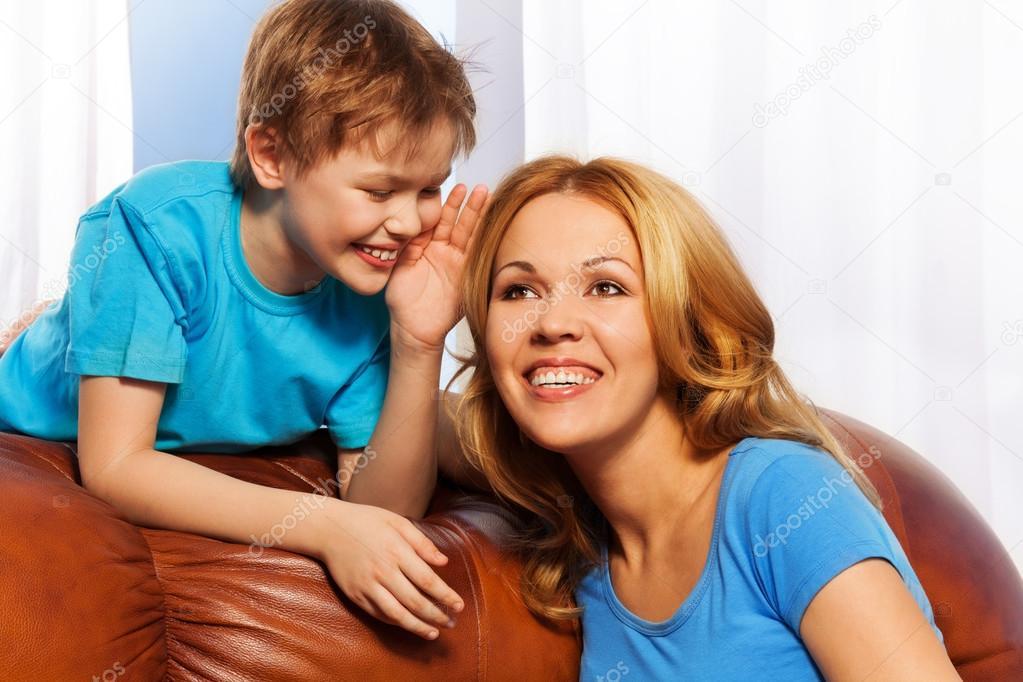 мама с сыном на диване № 75218