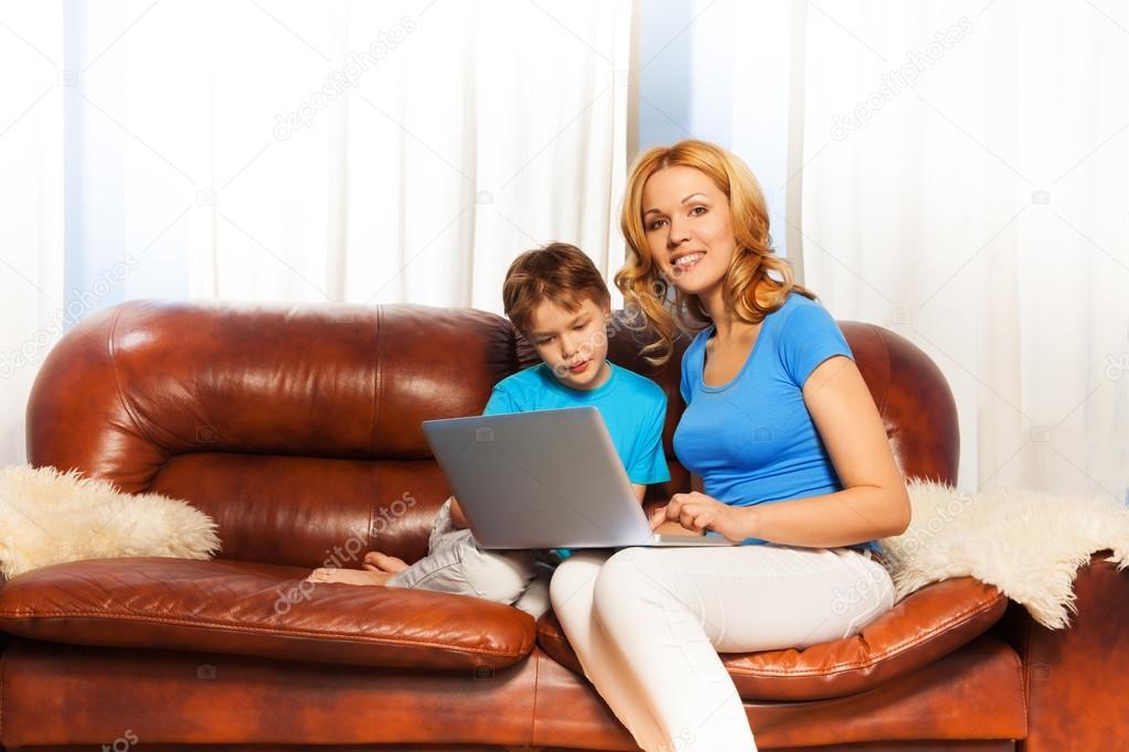 мама с сыном на диване № 75206